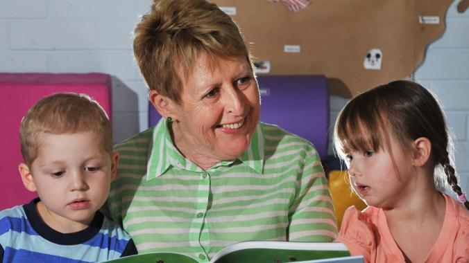 Mem Fox reads to kids
